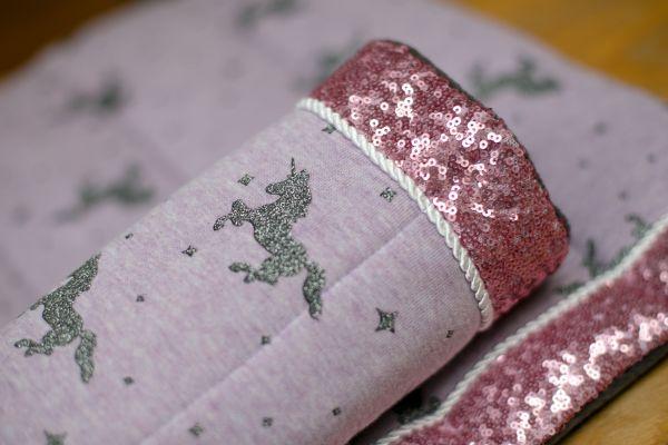 Handgefertigte Bandagierunterlagen in lila mit grauen Einhörnern