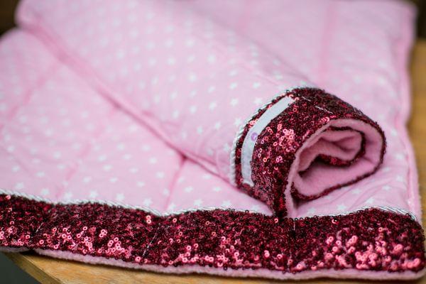 Handgefertigte Bandagierunterlagen mit Sternenmotiv und roter Paillette