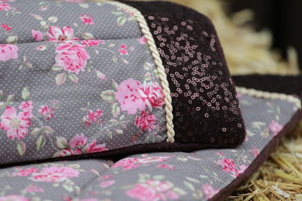 Handgefertigte Bandagierunterlagen mit Blumenmotiv und brauner Paillette
