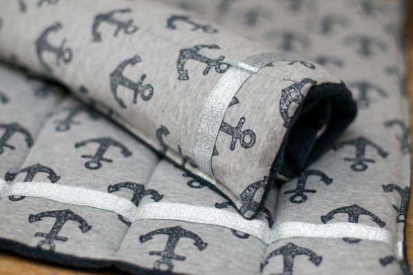 Handgefertigte Bandagierunterlagen mit Ankern und silbernem Band