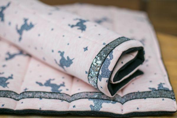 Handgefertigte Bandagierunterlagen in rosa mit Glitzereinhörnern